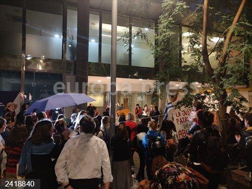 40 personas se concentran ante el Consulado de Uruguay en apoyo de la madre atrincherada