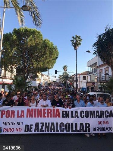 Sevilla.- Cientos de vecinos de Aznalcóllar piden la reapertura de la mina y que no se pare el proyecto