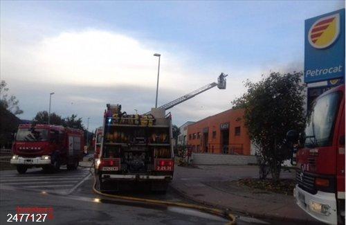 Sucesos.- Los Bombers trabajan en un incendio en una carpintería en Olot (Girona)