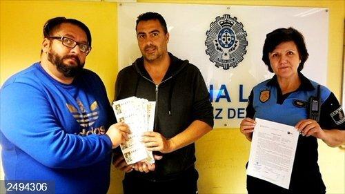 Entrega a la Policía Local 7.040 euros en décimos de Lotería de Navidad que encontró en el suelo