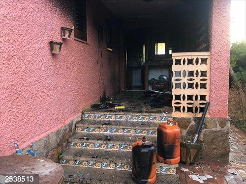 Valencia.- Sucesos.- Extinguen un incendio al explotar unas botellas de butano en una urbanización de Pobla de Vallbona