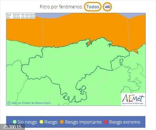 La costa de Cantabria sigue en las primeras horas de hoy en riesgo por oleaje