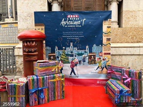 Valencia.- València repartirá 49.000 postales y 21.000 cajas regalo para fomentar la compra en el pequeño comercio