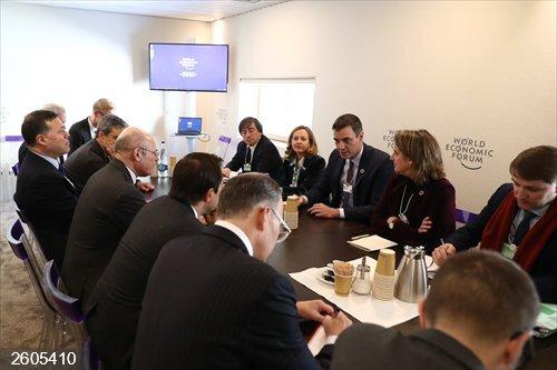 Economía.- Sánchez se reúne en Davos con inversores y muestran una