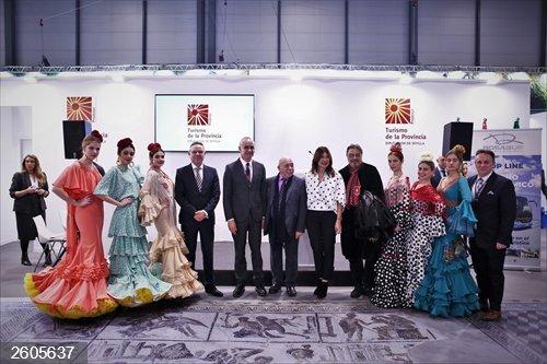 Sevilla.- Turismo.- Fitur.-Antonio Canales y María Moreno bailan las sevillanas de Riqueni para el flashmob de la Bienal