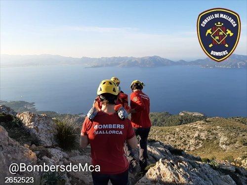 Sucesos.- Bomberos de Mallorca rescata a una excursionista con un fuerte golpe en el hombro en Alcúdia