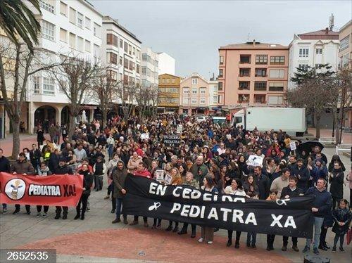 Un millar de personas se manifiestan en Cedeira para reclamar la restitución del servicio pediátrico en la localidad