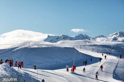 Francia.- Una estación de esquí francesa desata la polémica por usar un helicóptero para mover nieve