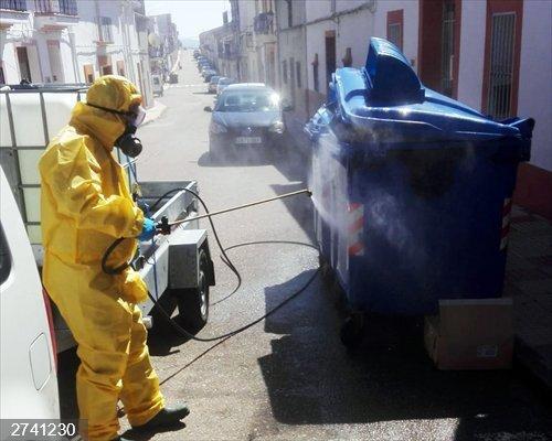 El plan de desinfección de la Diputación de Badajoz reparte 8.000 litros de hipoclorito y actúa en 16 localidades