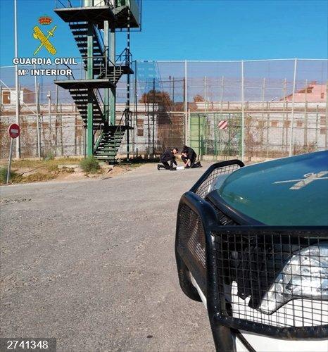 Coronavirus.- Narcotraficantes intentan meter droga a Melilla arrojándola por la valla tras el cierre de fronteras