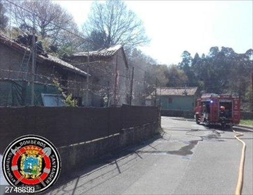 Bomberos sofocan un fuego en una casa de Igollo de Camargo