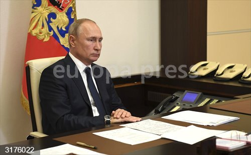 HANDOUT - 01 June 2020, Russia, Moscow: Russian President holds a videoconference meeting with members of the Russian Central Election Commission regarding the rescheduling of Russia's constitutional referendum. Photo: -/Kremlin/dpa - ATTENTION: editorial use only and only if the credit mentioned above is referenced in full<br>Fecha: 01/06/2020.