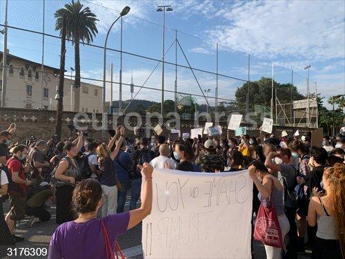 Sucesos.- Más de 300 concentrados ante el Consulado de EEUU en Barcelona piden
