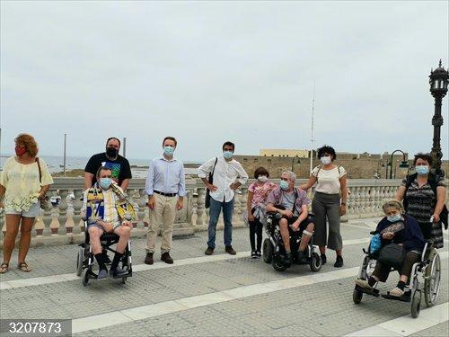 CádizAlDía.- Coronavirus.- Mayores de la residencia Matías Calvo dan los primeros paseos exteriores desde la crisis