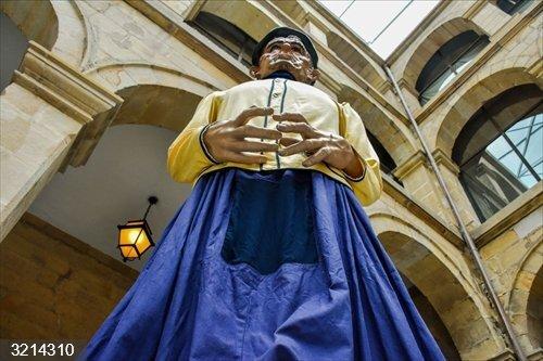 El Museo Vasco de Bilbao inicia la exposición de Gigantes y Cabezudos, con una distancia de 2 metros entre figuras