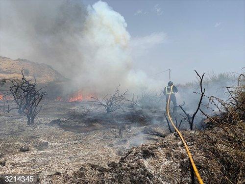 Sucesos.- Bomberos del Consorcio extinguen un incendio de monte bajo en Águilas (Murcia)