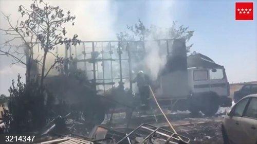 Sucesos.- Dos intoxicados leves por el incendio de un camión en Torrejón de la Calzada