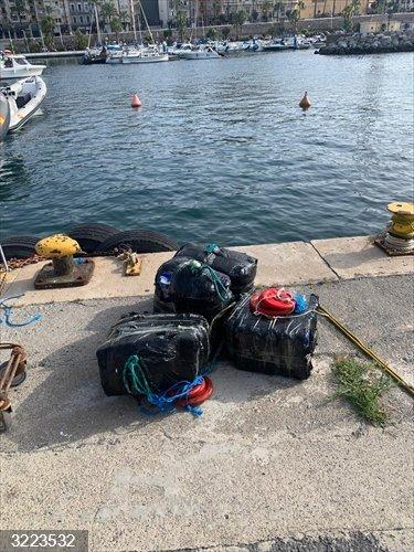 Sucesos.- Recuperan 96 kilogramos de hachís que pretendían llevar en una moto acuática desde Ceuta a Andalucía