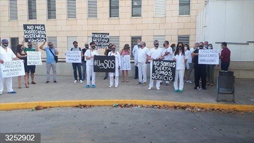 Médicos de Urgencias de Alzira se concentran para exigir una plantilla que permita prestar