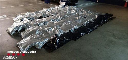 Sucesos.- Detenidos en Girona tres hombres que transportaban 104 kilos de marihuana