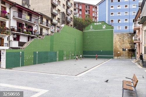El Ayuntamiento de Ermua (Bizkaia) reacondicionará este mes el frontón de la plaza Cardenal Orbe