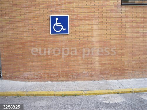 Sevilla.- Sucesos.- Denuncian a una mujer por aparcar con la tarjeta de discapacidad de su marido fallecido en 2014