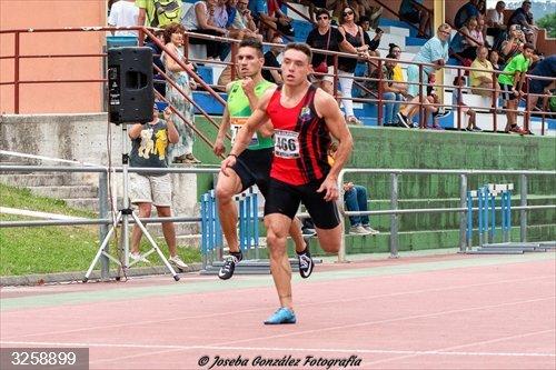 El velocista castreño Adrián Rodríguez destaca en Pamplona corriendo los 100 metros en 10,86 segundos