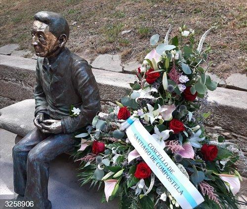 El Ayuntamiento de Santiago homenajea a Isaac Díaz Pardo con una escultura en la Alameda