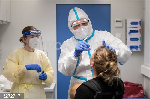 13 August 2020, Baden-Wuerttemberg, Stuttgart: A travel (R) who has been in Switzerland gets tested by medic at a coronavirus testing center set to allow travellers returning from risk areas to take COVID-19 tests at the main railway station in Stuttgart. Photo: Marijan Murat/dpa<br>Fecha: 13/08/2020.