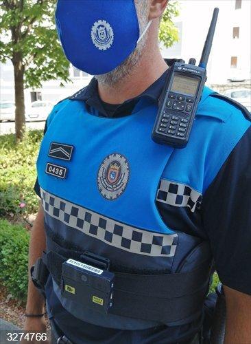 Policía Municipal de Pamplona graba sus actuaciones desde este viernes con unas cámaras instaladas en los uniformes