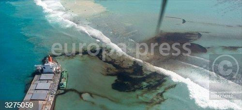 Mauricio.- El carguero japonés encallado frente a las costas de Mauricio vuelve a verter petróleo al mar
