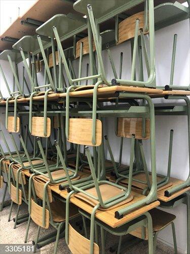 Cvirus.- La UNED cede pupitres y sillas a los colegios públicos de Palma para adaptarlos a las medidas sanitarias