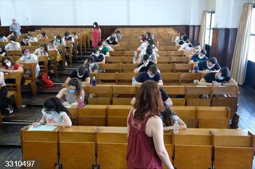 Sevilla.-Casi 2.350 estudiantes se examinan de Selectividad desde el lunes en la US y en la UPO