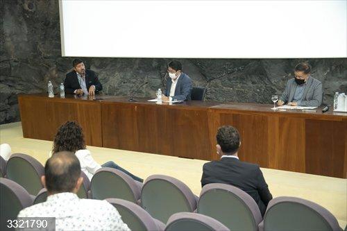 Martín expone a los empresarios del sur de Tenerife que no va a