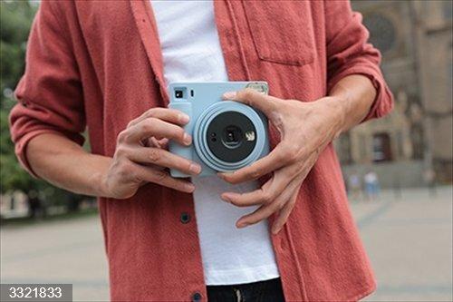 Fujifilm presenta su nueva cámara instantánea Instax SQUARE SQ1 con modo 'selfie' y exposición automática