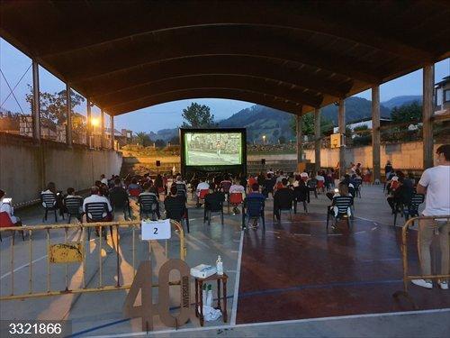Torrelavega.- Un centenar de personas participaron ayer en el cine de verano de Viérnoles