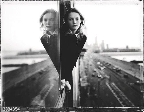 Hasta 174 obras de 90 fotógrafos componen la exposición que llega a CentroCentro sobre la colección de Carla Sozzani