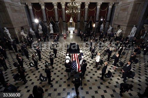 EEUU.- La capilla ardiente de Ruth Bader Ginsburg se traslada al Capitolio, un hito inédito para una mujer