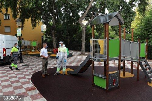 Málaga.- Ayuntamiento de Marbella refuerza la limpieza, desinfección y mantenimiento del centenar de parques infantiles