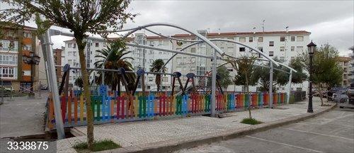 Colindres.- Comienzan las obras de la cubierta del parque infantil de Las Viejas