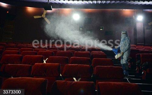 Labores de desinfección de una sala de cine en Nueva Delhi ante la inminente reapertura deestos espacios este jueves.<br>Fecha: 14/10/2020.