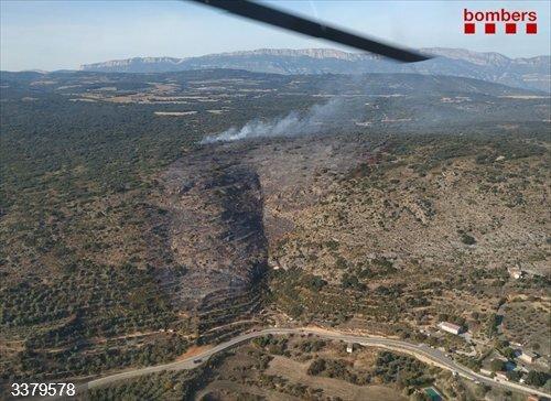 Los Bombers de la Generalitat trabajan la tarde de este sábado en la extinción de un incendio forestal en Avellanes i Santa Linya (Lleida).<br>REMITIDA / HANDOUT por BOMBERS DE LA GENERALITAT<br>Fecha: 17/10/2020.                 <br>Fotografía remitida a medios de comunicación exclusivamente para ilustrar la noticia a la que hace referencia la imagen, y citando la procedencia de la imagen en la firma