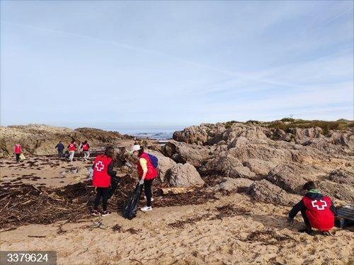 Jornada de sensibilización ambiental en la playa de Valdearenas (Piélagos)<br>REMITIDA / HANDOUT por AYUNTAMIENTO DE PIÉLAGOS<br>Fecha: 17/10/2020.                 <br>Fotografía remitida a medios de comunicación exclusivamente para ilustrar la noticia a la que hace referencia la imagen, y citando la procedencia de la imagen en la firma