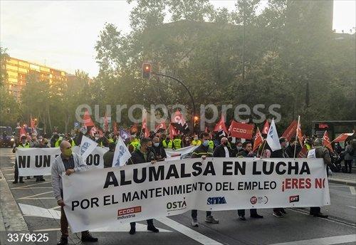 Trabajadores de Alumalsa se manifiestan en defensa de los 230 puestos de los que quiere prescindir la empresa.<br>Fecha: 17/10/2020.