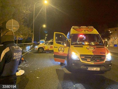 Los equipos de emergencia trabajan tras un accidente de moto en la A-5 en el sentido de entrada a Madrid.<br>REMITIDA / HANDOUT por EMERGENCIAS MADRID/TWITTER<br>Fecha: 18/10/2020.                 <br>Fotografía remitida a medios de comunicación exclusivamente para ilustrar la noticia a la que hace referencia la imagen, y citando la procedencia de la imagen en la firma