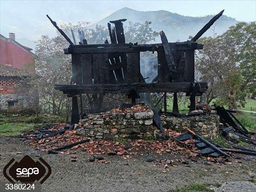 Sucesos.- Herido un hombre por quemaduras en un incendio de un hórreo en Cangas de Onís