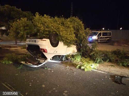Alicante.- Sucesos.- Un coche se sale de vía, choca contra un árbol y vuelca en Sant Vicent del Raspeig