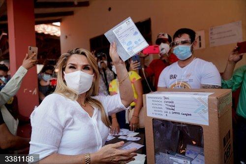 La presidenta interina de Bolivia, Jeanine Áñez, antes de emitir su voto en las elecciones generales --presidenciales y legislativas-- del 18 de octubre de 2020<br>REMITIDA / HANDOUT por ABI<br>Fecha: 18/10/2020.                 <br>Fotografía remitida a medios de comunicación exclusivamente para ilustrar la noticia a la que hace referencia la imagen, y citando la procedencia de la imagen en la firma