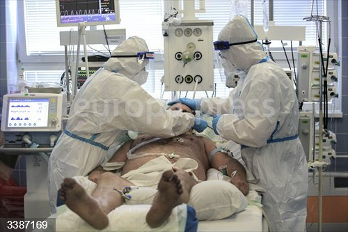 21 October 2020, Czech Republic, Nove Mesto na Morave: Medics attend to a man suffering from serious complications as a result of coronavirus at a hospital in Nove Mesto na Morave. Photo: Libor Plíhal/CTK/dpa