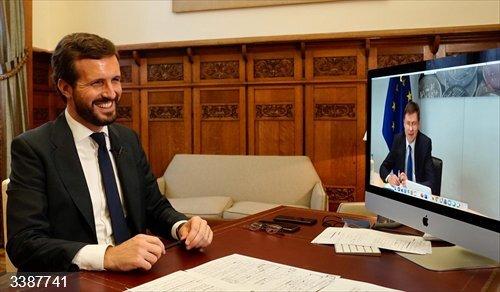 El líder del PP, Pablo Casado, mantiene una reunión por videoconferencia con el vicepresidente de la Comisión Europea y comisario del Euro y Diálogo Social, Valdis Dombrovskis.<br>REMITIDA / HANDOUT por DAVID MUDARRA (PP) <br>Fecha: 21/10/2020.                 <br>Fotografía remitida a medios de comunicación exclusivamente para ilustrar la noticia a la que hace referencia la imagen, y citando la procedencia de la imagen en la firma